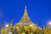 La pagode à la tombée de la nuit