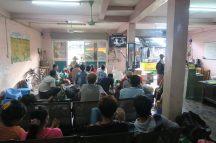 """Notre """"comptoir"""" de bus à la """"highway bus station"""" de Yangon : vue sur la salle d'attente"""
