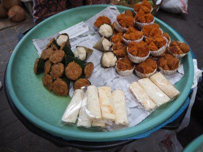 Les mets que l'on peut retrouver au petit déjeuner : Dans les feuilles de bananier, c'est du riz collant sucré appelé sticky rice...un délice ! - Marché de Ubud