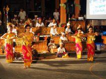 Danse Lelong, devant l'orchestre gamelan