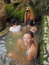 Elise dans le bassin des sources chaudes de Belulang
