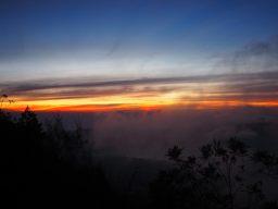 Le ciel rougeoyant derrière les nuages