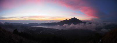 Le ciel rougit à l'approche du soleil. Au premier plan, le Mont Agung, au loin, le Mont Rinjiani