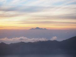 Au loin, le Mont Rinjiani