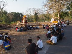 """Cérémonies de crémation à Nusa Lembongan. Le """"sarcophage"""" est à gauche sur la photo"""