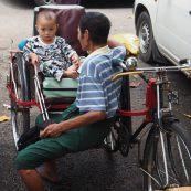 """Un enfant dans un vélo """"side car"""""""