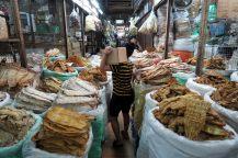 Drôles de marchandises dans le marché de Dong Xuan