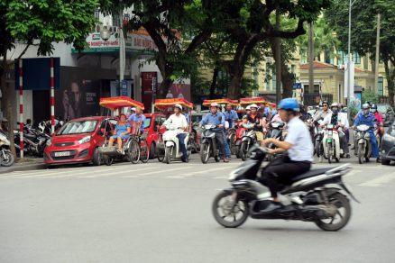 Une rangée de scooter prêts à démarrer à Hanoï