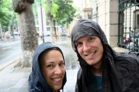 Vos deux aventuriers sous la pluie d'Hanoï