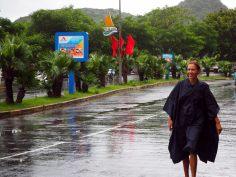 Elise sous la pluie, la classe avec son poncho !