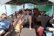 Julien sur le pont supérieur du bateau de croisière