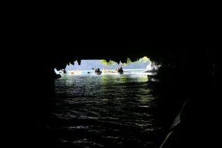 En kayak dans une grotte donnant sur un lagon intérieur