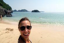 Elise sur la plage à Cat Ba