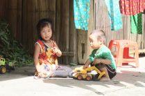 Enfants jouant dans la rue