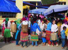 Marché du dimanche à Lung Ho. Les femmes sont habillées tout en couleurs