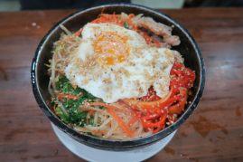 Plat coréen, nouilles, légumes et oeuf
