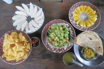 Salade d'avocat et chapati indien avec curry de pomme de terre