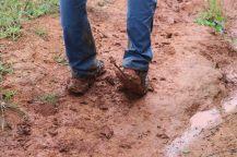 Les semelles de boue sous les chaussures de Julien