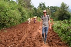 Julien sur le chemin menant au village, accompagné par les nombreux habitants rentrant de leurs journées aux champs