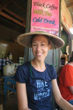 Elise teste le chapeau en bambou
