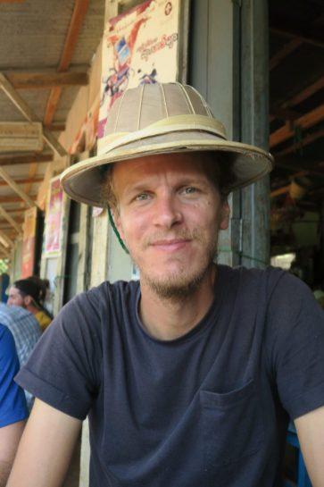 """Julien teste le chapeau en bambou, modèle """"explorateur anglais"""""""