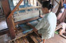 Une tisseuse travaillant avec de nombreuses trames (sabots)