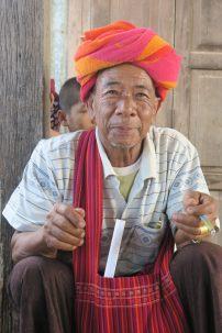 """Un homme et son """"cheroot"""", le cigare local"""