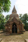 Julien dans l'entrée d'une pagode, à Bagan