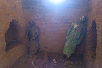 Deux statues un peu flippantes rencontrées à l'arrière d'une pagode pas très bien éclairée