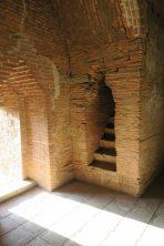 L'escalier qui mène vers le toit de la pagode. Il faut parfois bien chercher pour les trouver, bien que la plupart soient fermés