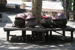 Eau potable pour les moines à Dhammayazaka Zedi
