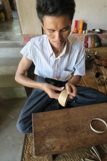 Fabrication des objets en laque : la base est en bambou