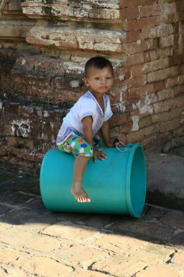 Un gamin à l'extérieur d'une pagode