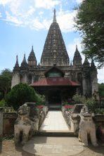Mahabodhi pagoda, reprenant la structure d'un temple du même nom en Inde. La stupa comprend de nombreuses petites niches avec des Buddha