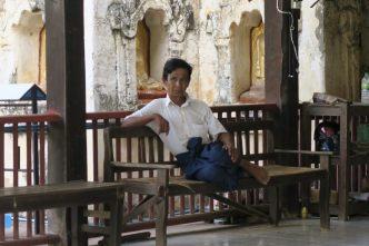 Un birman se reposant à l'entrée de Mahabodhi pagoda