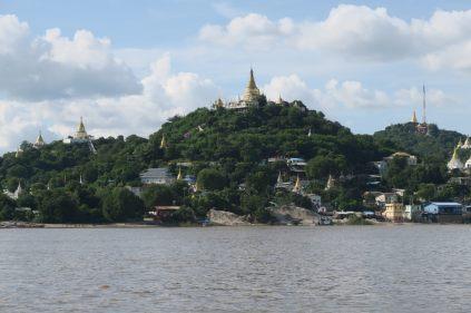 La colline de Sagaing depuis le bateau entre Bagan et Mandalay