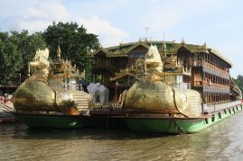 Enorme bateau à l'arrivée de Mandalay