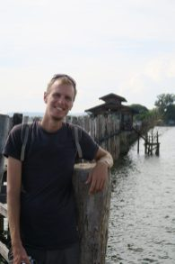 Julien pose sur le pont U-Bein