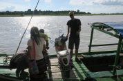 Julien tient notre scooter sur le bateau nous amenant à Inwa