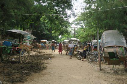 De nombreuses calèches attendent les touristes à Inwa