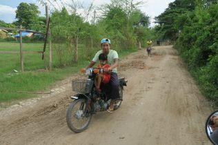 Le scooter, moyen de transport pratique sur les chemins de Inwa