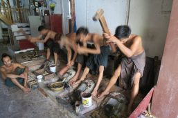 Les batteurs d'or à Mandalay