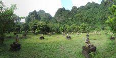 Panorama d'Elise assise au milieu des Buddhas