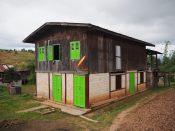"""Une maison """"hybride"""" (le bas en dur, le haut en bois), dans le village de notre première nuit étape"""