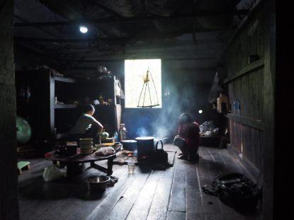 La cuisine, qui se fait au feu ouvert...