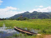 Premières vues du lac : des barques et des maisons sur pilotis