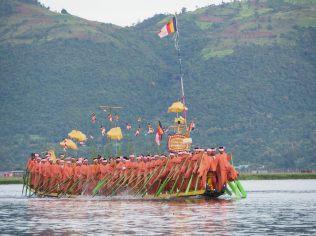 Vue d'une barge, festival Phaung Daw Oo