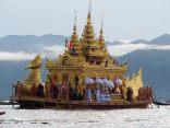 La grande barge, qui contient les statuettes du Bouddha, festival Phaung Daw Oo