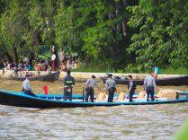 La police fait la circulation sur le canal qui mène au lac
