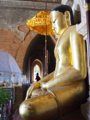 Un Buddha à l'intérieur d'une pagode